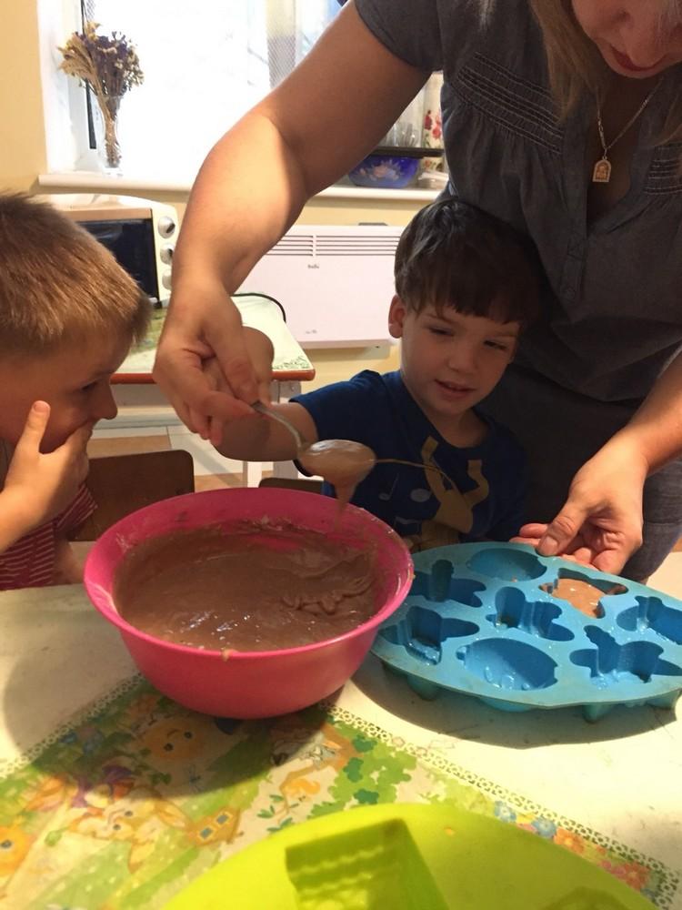 печем кексики с детьми